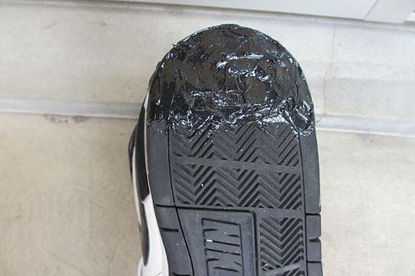 ヘラで靴の補修剤を馴らして乾燥