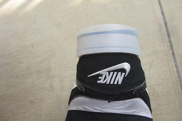 かかとの擦り減った靴にプラ版を貼る