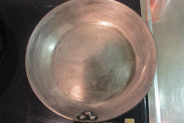 クレンザーで磨いた鉄製フライパンを焼き込む