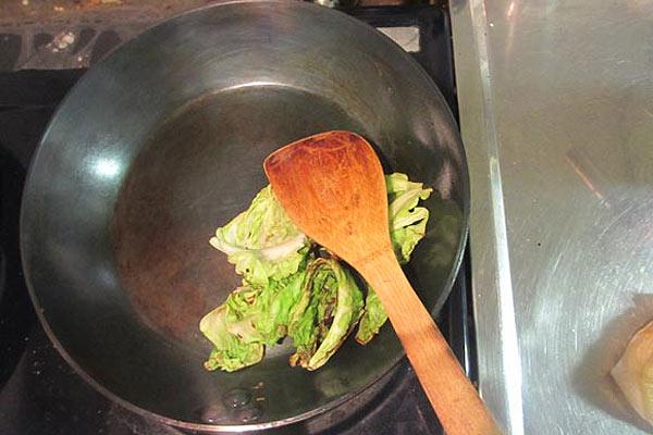 クズ野菜などを炒めて油を馴染ませたりします
