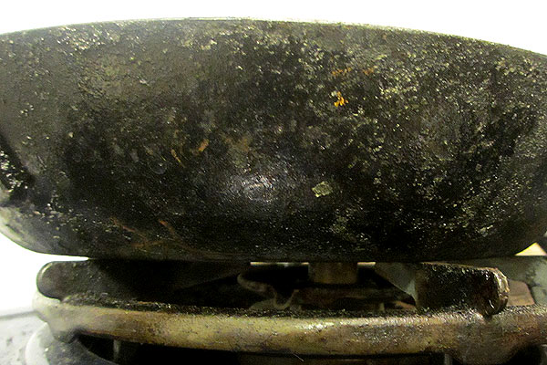 錆びて焦げ付くようになった鉄のフライパンの側面