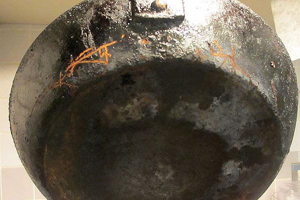 焦げ付くようになった鉄製フライパンの裏面