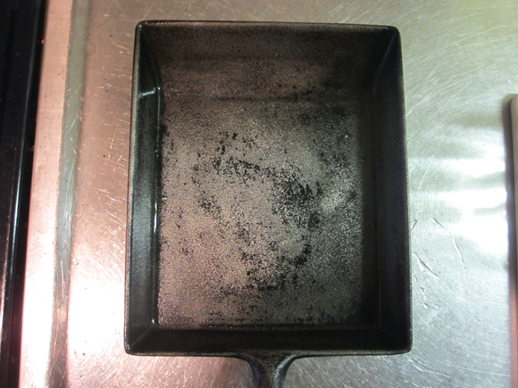 磨いた鉄製の卵焼きフライパン