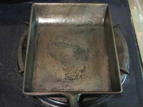 再生作業終了後の玉子焼き用の鉄のフライパン