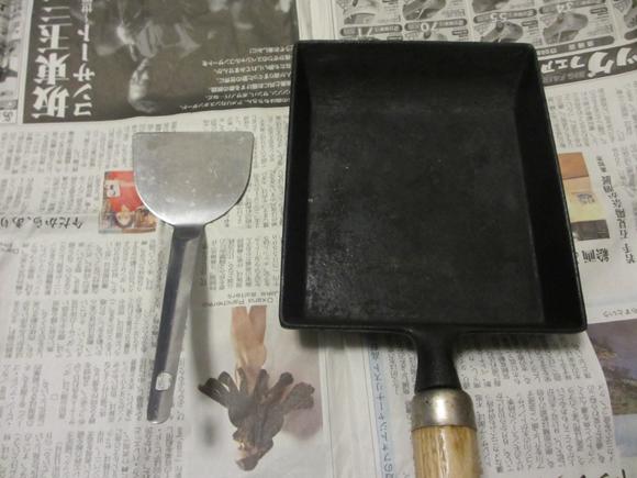 金属ヘラで不純物を削り落とす