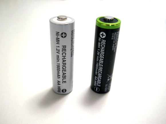Amazonベーシック 充電式ニッケル水素電池 単3形8個パック (最小容量1900mAh、約1000回使用可能)の白黒比較