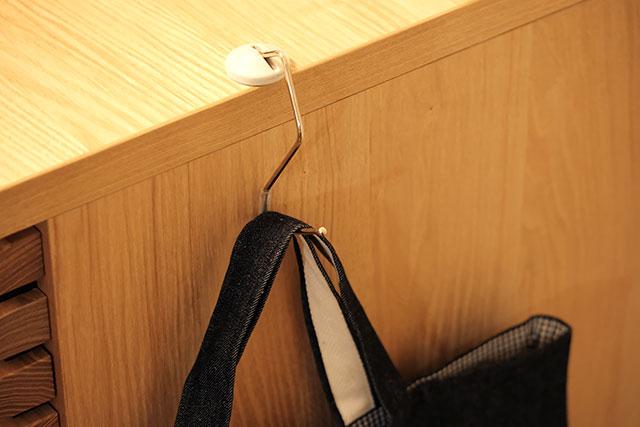 側面のある机にも設置できるバッグハンガー