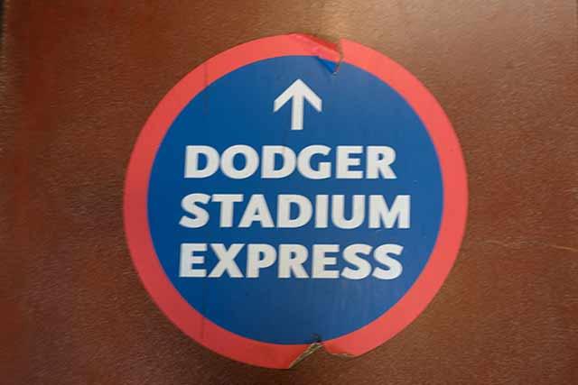 ドジャースタジアム行きのシャトルバス乗り場への案内板